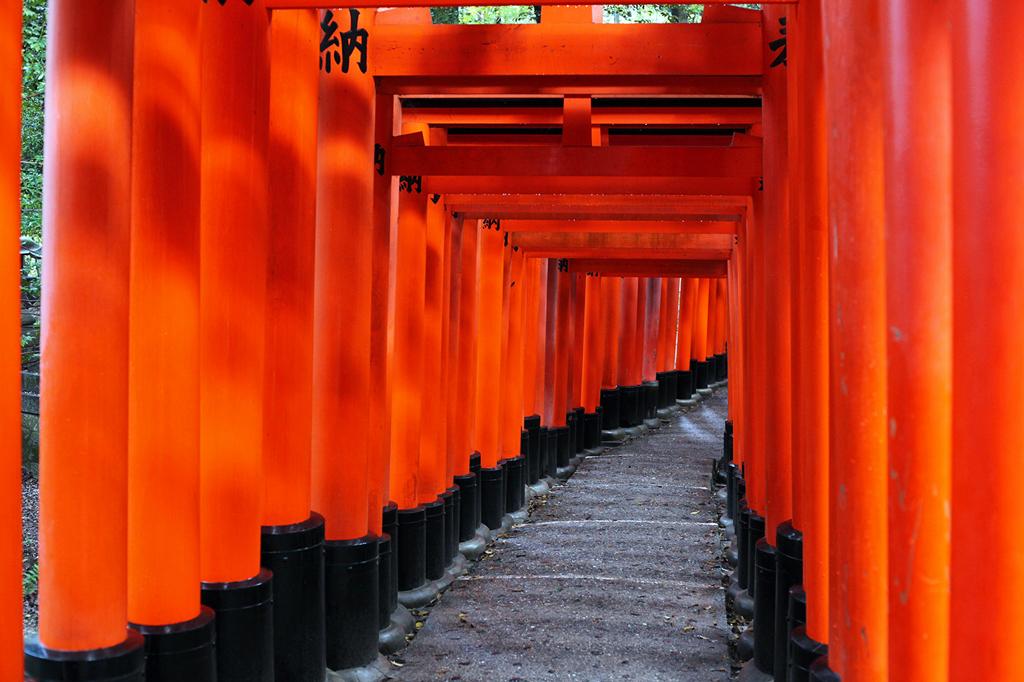 Blame-it-on-Mei-Miami-Fashion-Travel-Blogger-Red-Torii-Gates-Japan-Kyoto-Fushimi-Inari-Shrine