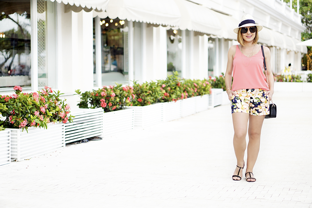 Blame-it-on-Mei-Miami-Fashion-Travel-Blogger-2017-Rio-de-Janeiro-Copacabana-Palace-Beach-Travel-Look-Casual-Outfit-Panama-Hat-Floral-Shorts-TopShop-Cami-Coral